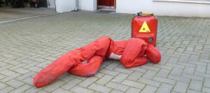 Die Übungspuppe und im Hintergrund der Notfallrucksack